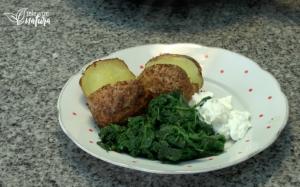 Pečené brambory se špenátem a česnekovým dipem
